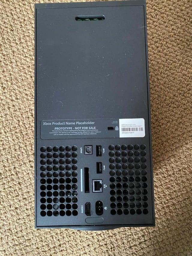 Настоящая фотография Xbox Series X задняя часть консоли с портами