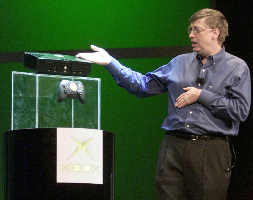 Билл Гейтс представляет оригинальный Xbox на выставке электроники 2001