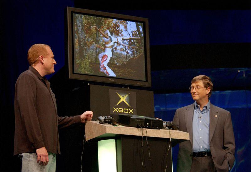 Seamus Blackley and Bill Gates show the Xbox console